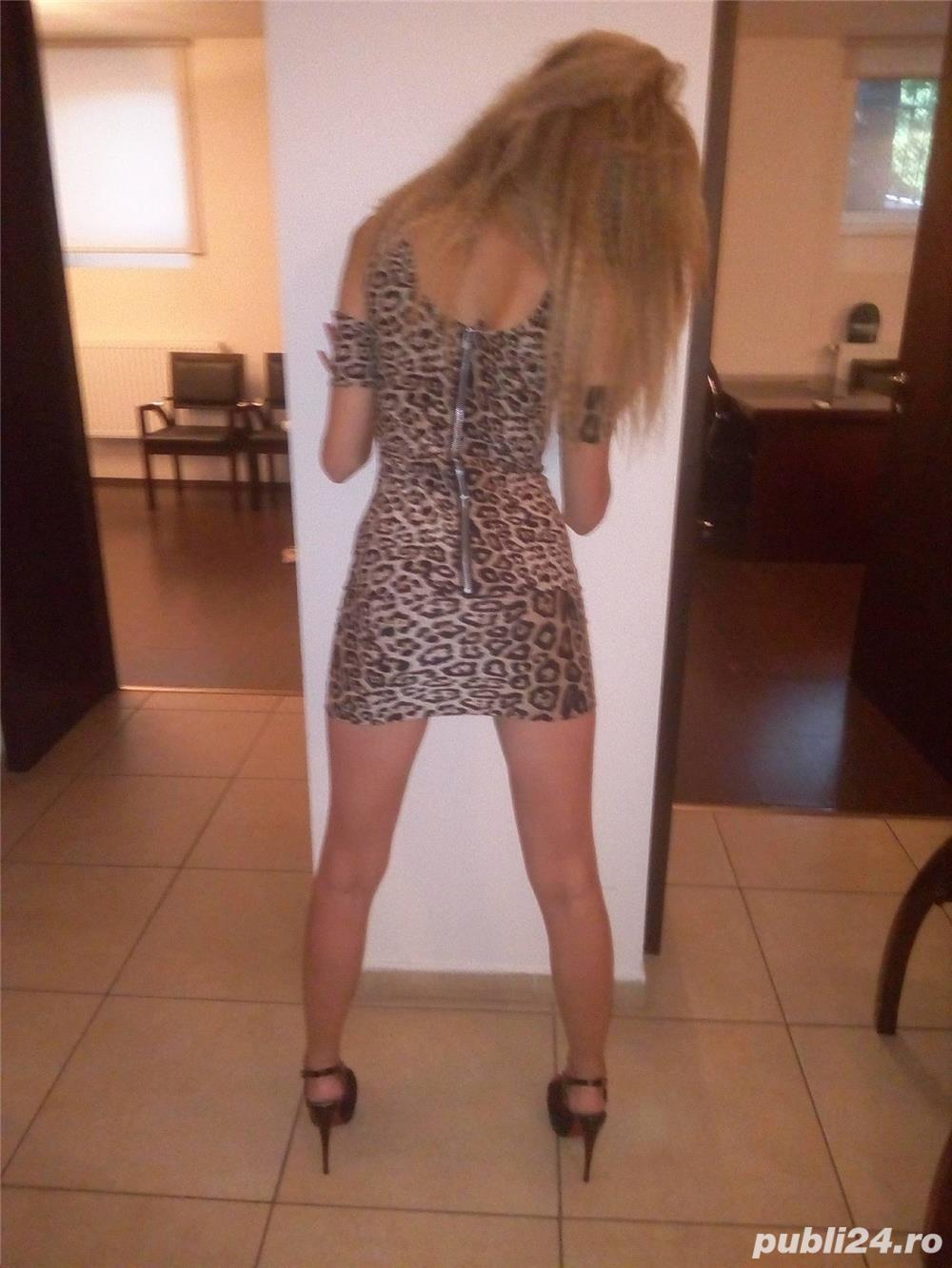 Blonda draguta te asteapta intr-un ambient placut un masaj erotic